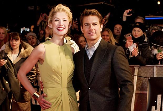 Rosamund Pike med Tom Cruise på röda mattan